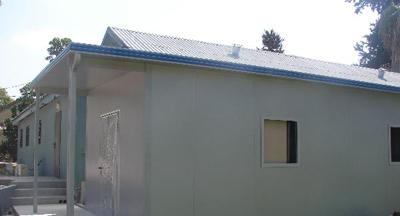 חצר עם תוספות בניה