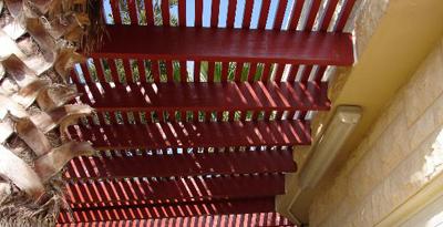 פרגולת אלומיניום בכניסה לבית בצבע עץ