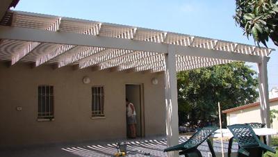 פרגולה לבנה מאלומינום בכניסה לבית