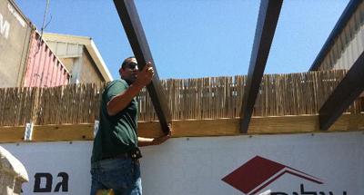 בניית פרגולה דמויית עץ