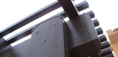 קצה של פרגולה בדמוי עץ