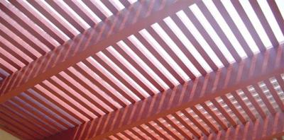 גג של פרגולה בדמוי עץ