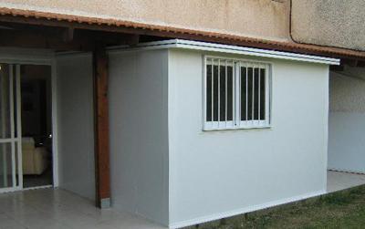 מבנה מודולרי בכניסה לבית